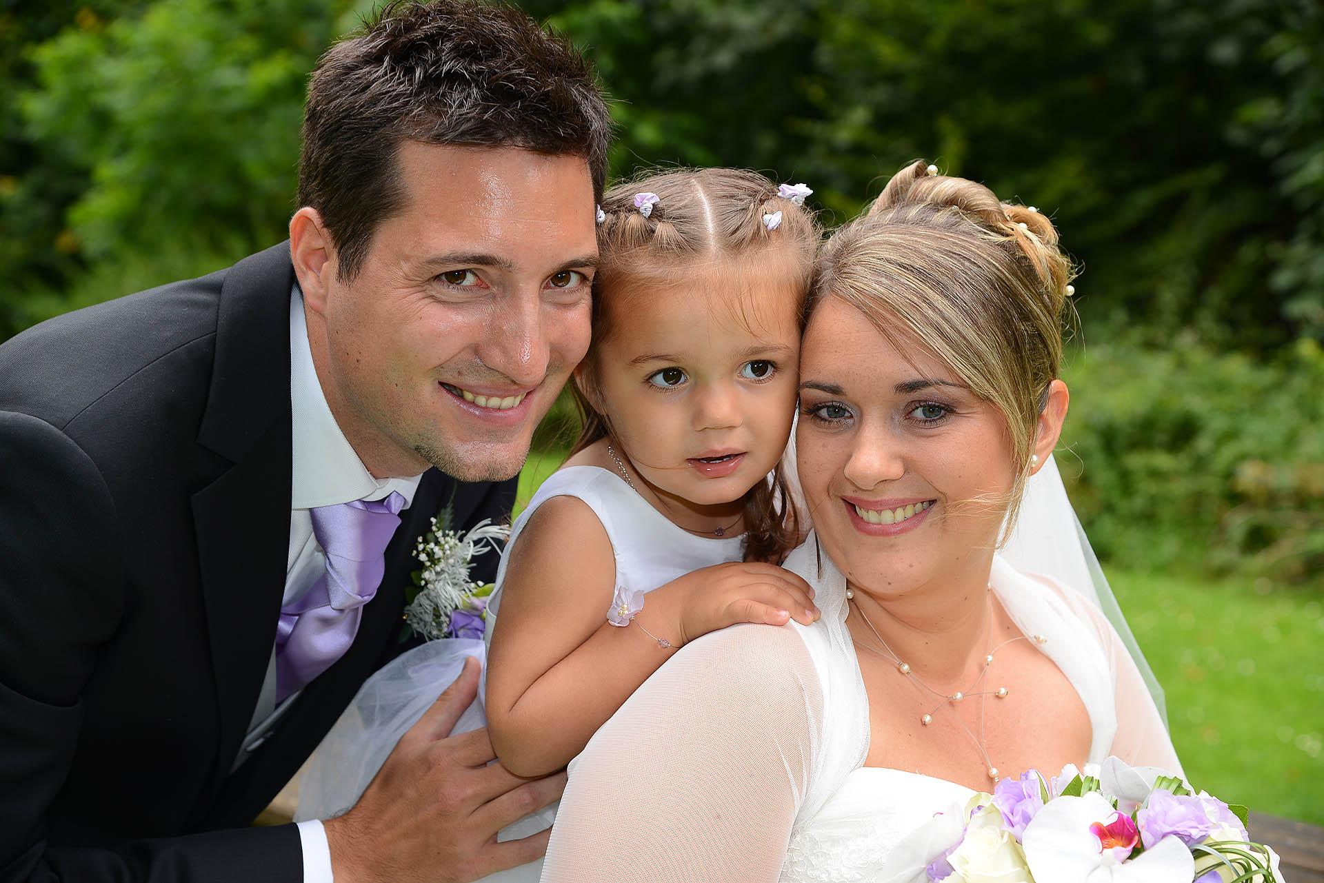 Couple de maries et enfant